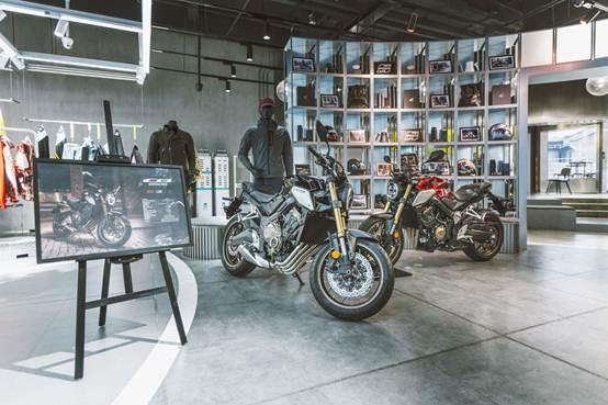 说明: 房间里的摩托车  中度可信度描述已自动生成